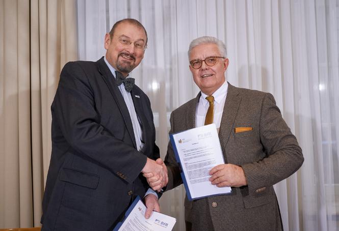 Prof.-Dr.-Dr. Andreas Hensel at-Friedrich-Otto Ripke-sign-Kooperationsvertrag.png